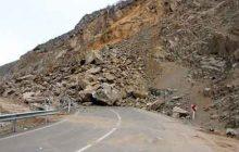 ریزش سنگ در جاده ساری کیاسر