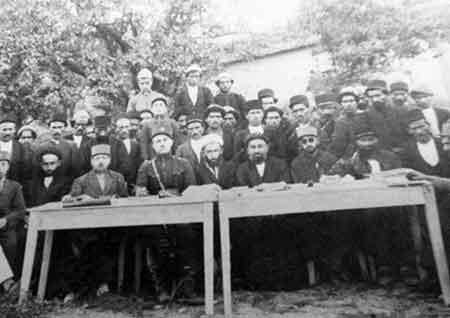 عکسی تاریخی از جلسه بزرگان بخش چهاردانگه در شهر کیاسر- سال 1304