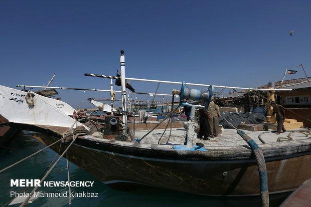 یک دستگاه لنج ماهیگیری در بابلسر دچار حریق شد