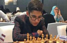 اهدای نشان سفیر مدرسه سازی به استاد بزرگ شطرنج ایران